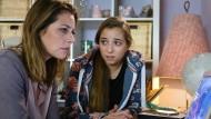 Eine böse Überraschung: Als ein Nacktbild von ihrer Tochter Lara (Aleen Kötter, rechts) im Internet veröffentlich wird, ist Charlotte (Felicitas Woll) schockiert.