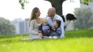 Bestimmt stimmt auch hier irgendwas nicht: Eine augenscheinlich glückliche Familie.