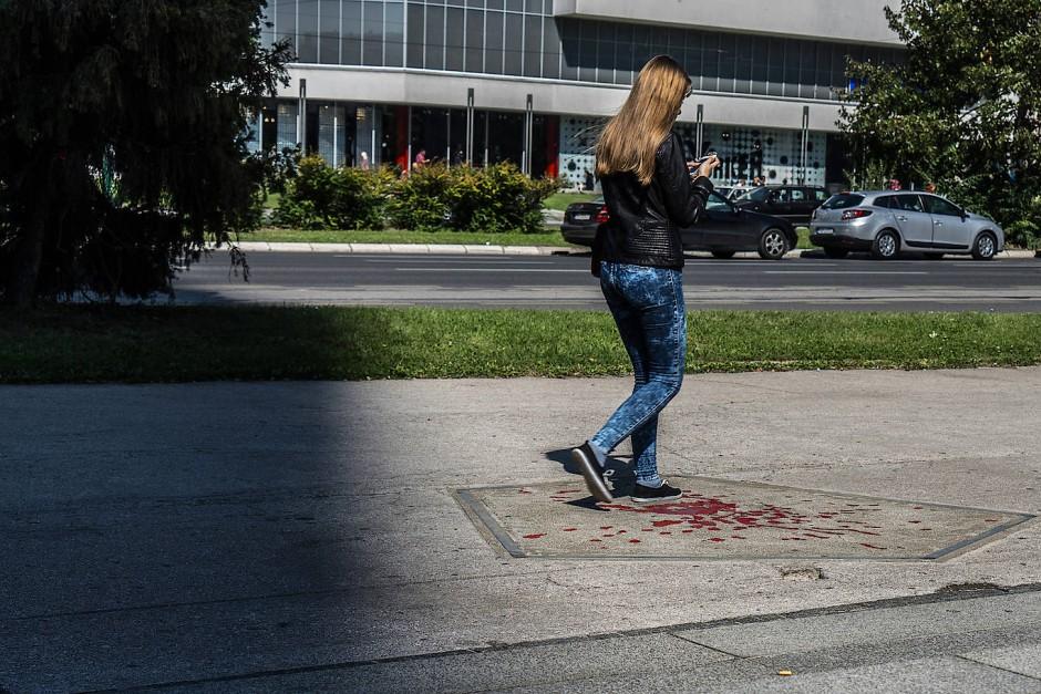 """Die """"Rosen von Sarajevo"""": Wo immer ein Mensch auf der Straße getötet wurde, erinnern Narben im Asphalt an ihn."""