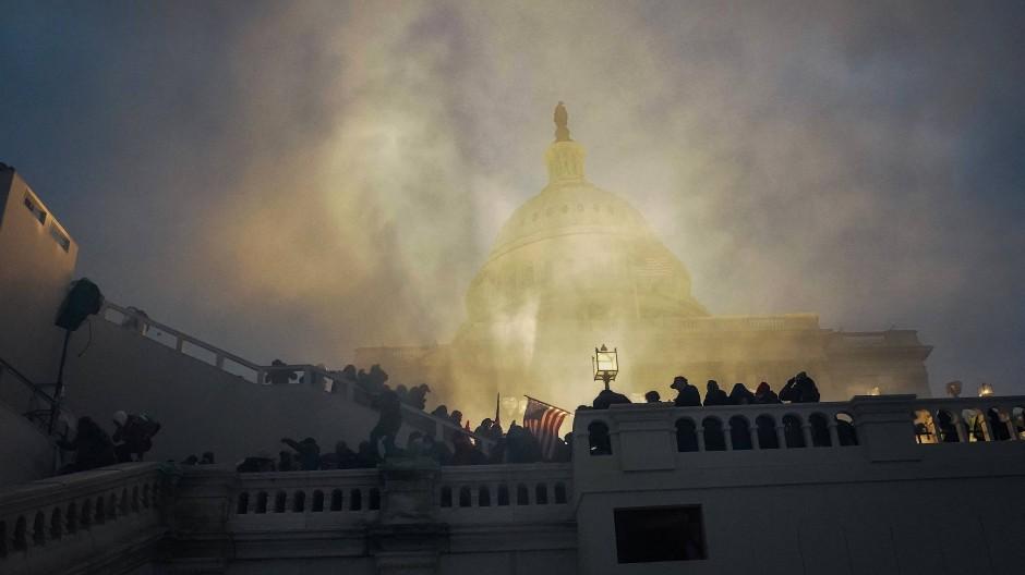 Wie leicht es ist, ein Parlament zu stürmen, vergisst man in Amerika schnell: Das Kapitol am Abend des 6. Januar.