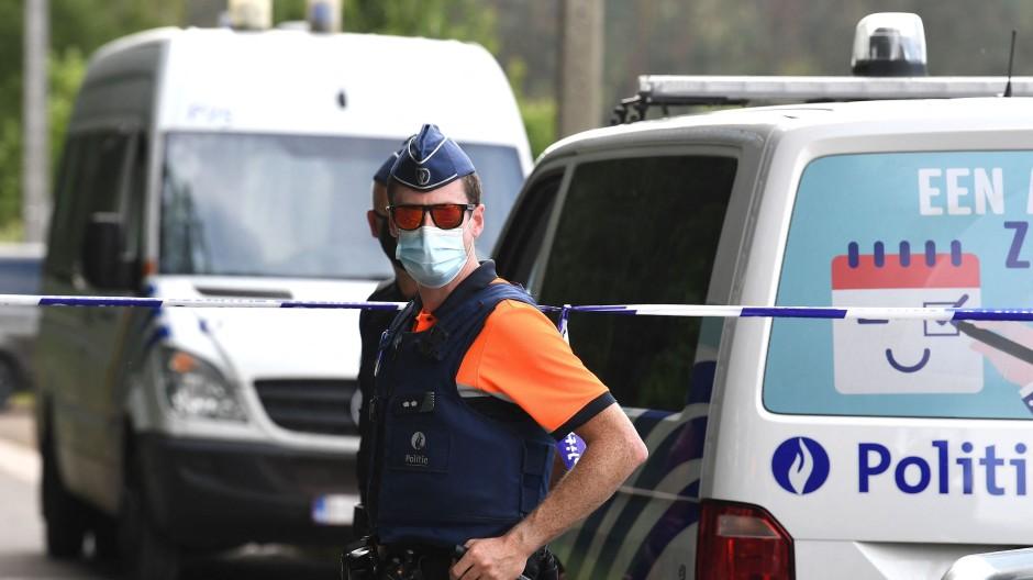 Polizeikräfte sichern die Gegend, in der der Terrorverdächtige gefunden wurde.