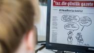 """""""taz""""-Redakteurin Marlene Halser bei der Arbeit an der türkischen Sonderausgabe der Zeitung im April 2016"""