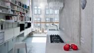 Auferstanden aus einer Investorenruine: Küche der Wohnung von Arno Brandlhuber in der Berliner Brunnenstraße