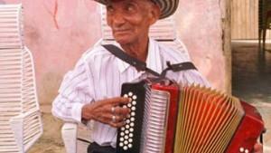 Der Akkordeonspieler hat viele, die ihm zuhören