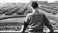 Hitler spricht 1933 vor SA-Abteilungen in Dortmund