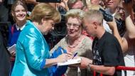 Autogramme vor der Eröffnung: Angela Merkel am 15. Juli 2015 vor dem Festspielhaus in Bayreuth