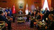 Wenn auch keine Gesetzgebung mehr im Parlament stattfindet, so gibt es dort immerhin noch ihre jährliche Eröffnungszeremonie: Den Platz des Parlamentspräsidenten hat wie selbstverständlich Erdogan eingenommen.