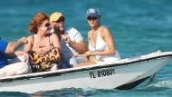 Nach der angeblichen Affäre mit Trump: Karen McDougal (r.) im August 2007 mit ihrem damaligen Freund, dem Schauspieler Bruce Willis, vor Saint-Tropez