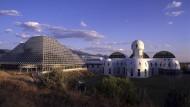 """Das reale Vorbild: """"Biosphere 2"""" in Arizona. Hier testeten acht Menschen zwei Jahre lang ein von der Außenwelt abgeschottetes Leben."""
