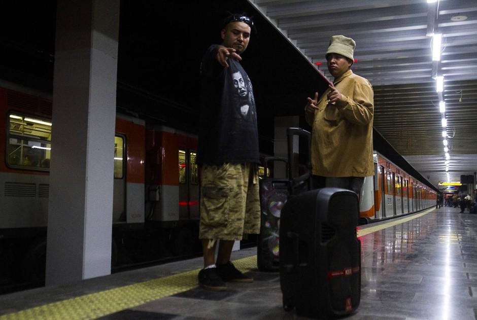 Immer auf der Hut vor Polizisten: Lenguas und Nefasto an einer U-Bahn-Haltestelle in Mexiko-Stadt