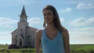Jetzt ein anständiger Rasenmäher, das wär's: Becky (Laysla De Oliveira) im Feld des Grauens.
