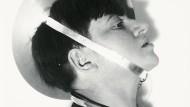 Marianne Brandt: Selbstporträt mit Schmuck zum Metallischen Fest, Februar 1929
