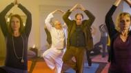Sichtlich unentspannt: Yoga mit Langhammer (Bernhard Schütz, links) und Kluftinger (Herbert Knaup, rechts).