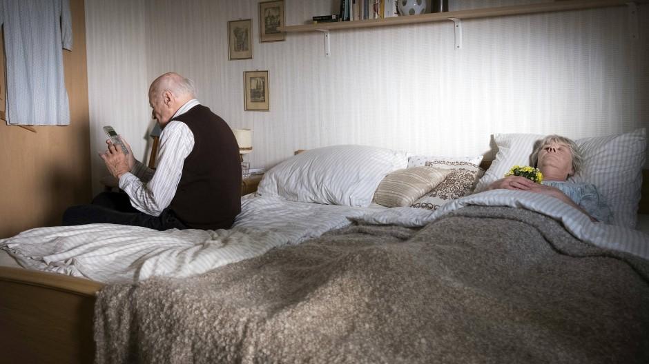 Horst Claasen (Dieter Schad) alarmiert die Polizei, nachdem er aus Verzweiflung seine Frau (Liane Düsterhöft) getötet hat