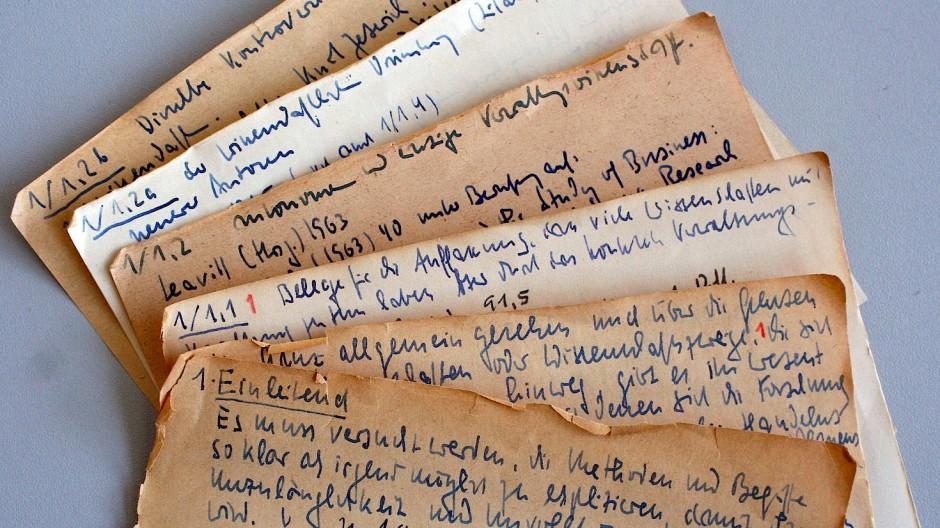 90.000 Notizen dieser Art umfassen Niklas Luhmanns Zettelkästen