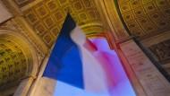 Unter dem Arc de Triomphe weht die Tricolore: Die französische Präsidentschaftswahl wird am 23. April (erster Wahlgang) und am 7. Mai (Stichwahl) stattfinden.