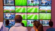 Heute gibt es so viel Fußball wie noch nie. Wie aber findet man sich zwischen all den Liveübertragung-Anbietern zurecht?