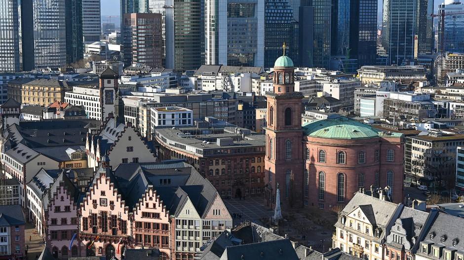 Leergeräumtes Haus der Demokratie: Die Paulskirche vor der Frankfurter Skyline