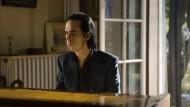"""Einmal setzt sich Nick Cave persönlich ans Klavier und singt: """"Die schönen Tage von Aranjuez"""" von Wim Wenders."""