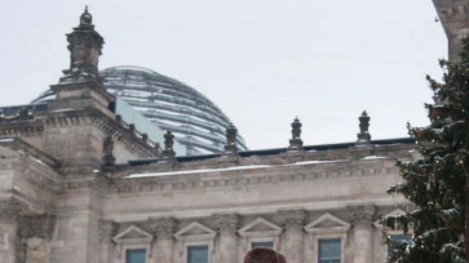 Thilo Sarrazin mit seinem 1,2 Millionen Mal verkauften Buch vor dem Reichstag