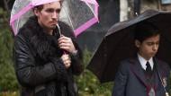 Begräbniswetter: Robert Sheehan und Aidan Gallagher als ungleiche Brüder.