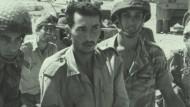 """So sehen Sieger aus: Zwei israelische Soldaten führen einen Ägypter ab. Wie sich die Sieger wirklich fühlten, erzählt """"Censored Voices""""."""
