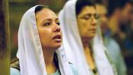 Christliche Ägypterinnen bei einem Gottesdienst in der Hängenden Kirche in Kairo, die der Jungfrau Maria geweiht ist.