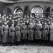 Mitarbeiter der Ordnungspolizei posieren für ein Gruppenfoto vor der Villa ten Hompel