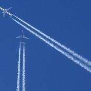 Für manche Menschen eine unheilvolle Bedrohung: Flugzeuge am Himmel