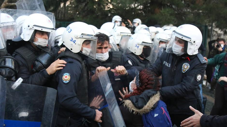 Dadurch werden jungen Menschen zu Terroristen erklärt: Zusammenstöße mit der Polizei bei Studentenprotesten vor der Bosporus-Universität Anfang Januar.