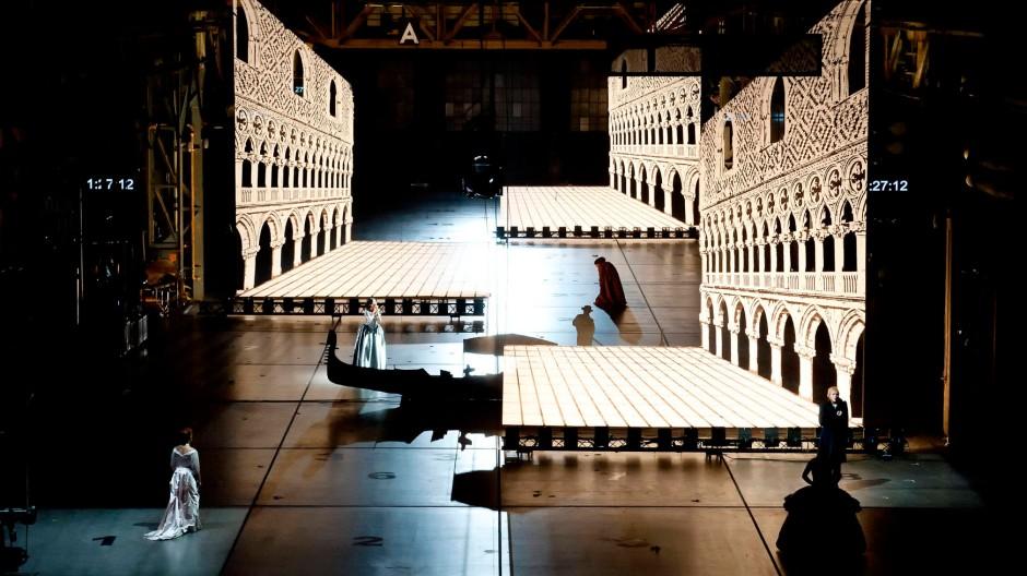 """Gewaltig ist die Tiefe dieses Bühnenraums: Szenenbild aus Heiner Goebbels' Inszenierung der """"Europeras"""" von John Cage in Bochum"""