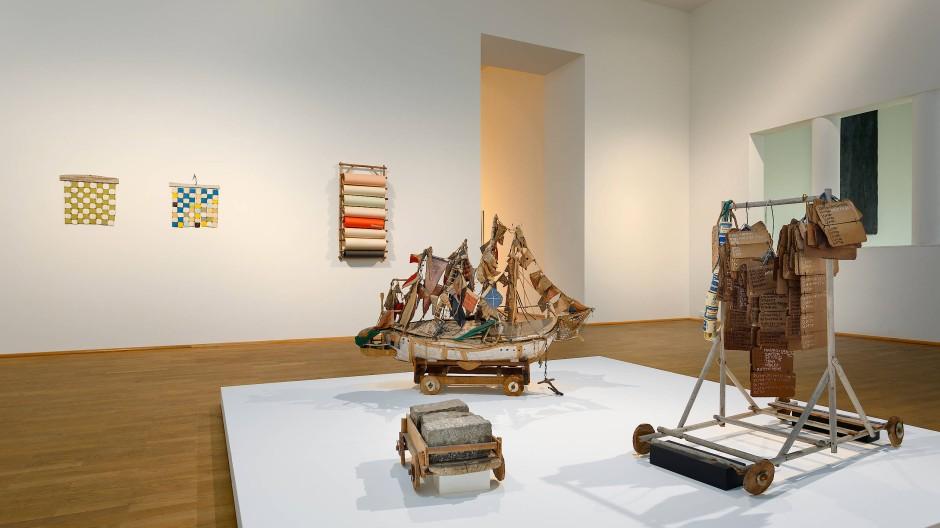 In der Schau fügen sich die fast fünfhundert ausgestellten Werke im MMK als Mosaiksteine zu einem facettenreichen Porträt des Kontinents.