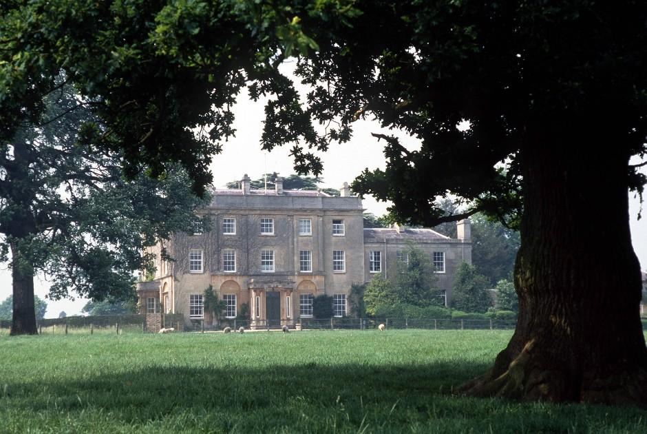 Etwas außerhalb des Ortes Tetbury hat der Thronfolger für sich und seine Familie seit Anfang der frühen achtziger Jahre ein ökologisches Königreich erschaffen.