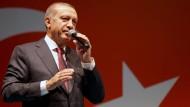 Nach dem gescheiterten Putsch im Juli hatte die türkische Regierung einen 90-tägigen Ausnahmezustand verhängt. Nun wurde er um drei Monate verlängert.