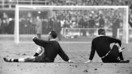 Das Bild sagt aber viel: Links der Schiedsrichter Gottfried Dienst (Schweiz), rechts der Linienrichter Tofik Bachramow (Sowjetunion).