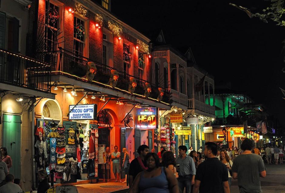 """Auf der Bourbon Street ist alles erlaubt und jede Geschmacklosigkeit willkommen - vom """"Huge Ass Beer"""" bis zum """"Nipple Painting""""."""