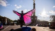 """Siegessäule und Schmetterling: Blockade der Klimabewegung """"Extinction Rebellion"""" zum Auftakt der Aktionswoche """"Berlin blockieren"""" am Großen Stern"""
