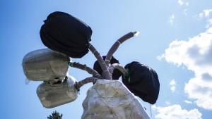 Umstrittene Riesenskulptur von Jeff Koons in Paris aufgebaut