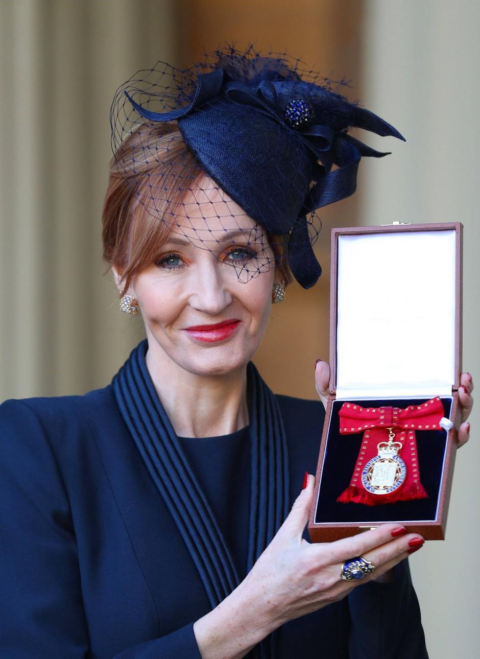 """Für ihre herausragenden Leistungen wurde J.K. Rowling jüngst mit dem """"Order of the Companions of Honour"""" ausgezeichnet."""