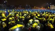 Die Gegenwart in Rumänien: Tausende Menschen protestieren in Bukarest gegen die Regierung.