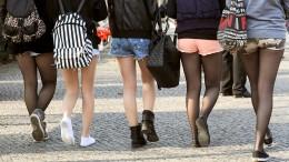 Hotpants und Kopftuch