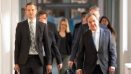Ministerpräsident Armin Laschet (CDU) und der Direktor des Instituts für Virologie an der Uniklinik Bonn, Hendrik Streeck auf dem Weg zur umstrittenen ersten Pressekonferenz der Heinsberg-Studie.