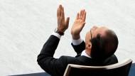 Der Blick geht in den Himmel: Präsident Hollande verfolgt bei der Parade am Nationalfeiertag die Kampfflugzeuge