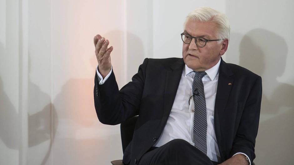 Frank-Walter Steinmeier empfängt Schriftsteller in Schloss Bellevue