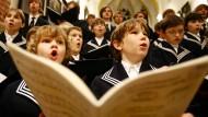 Da sitzt jeder Ton, und am Text wird auch nicht gedeutelt: Die Knaben vom Thomanerchor singen mit Passion. Seit dem Jahr 1212 geht das so.
