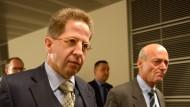 Britische Verhältnisse für den deutschen Journalismus wünscht sich Verfassungsschutz-Präsident Hans-Georg Maaßen (l). Neben ihm der Präsident des BND, Gerhard Schindler