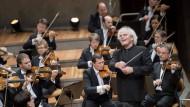 Beethoven? Wäre doch gelacht! Sir Simon Rattle bahnt sich seinen Weg durch alle neun Symphonien.
