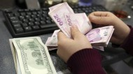 Gefährliches Geschäft: türkische und amerikanische Banknoten in einer Wechselstube in Istanbul