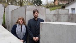 """Ein """"Denkmal der Schande"""" neben Höckes Wohnhaus"""