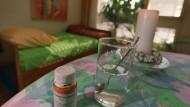 as Betäubungsmittel Natrium-Pentobarbital und ein Glas Wasser stehen in einem Zimmer von Dignitas in Zürich.